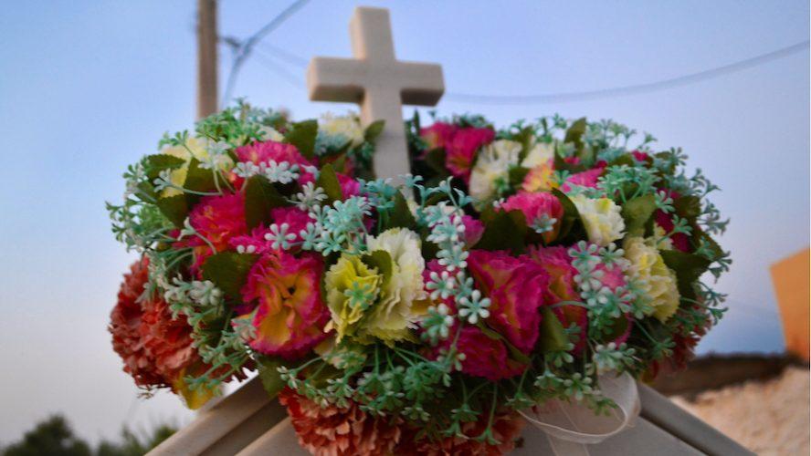 Fiori funerale: come scegliere le composizioni adatte